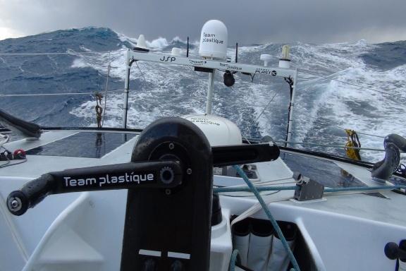 "Ostatni ""w kolejce"" Alessandro di Benedetto ma jeszcze 1400 mil do Hornu – około 4 dni. / Fot. A. di Benedetto / Team Plastique / Vendee Globe"