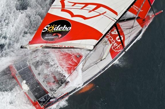 Tutaj jacht w trakcie przygotowań do regat VG. / Fot. J. Renedo / DPPI / Vendee Globe
