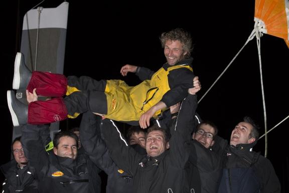 Radość Bernarda i jego zespołu - bezcenna. / Fot. J.M. Liot / DPPI / Vendee Globe