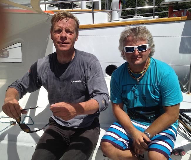"""Dwóch """"kapitanów technicznych"""" czyli bosmanów od wszystkiego – Loick Lingois z Safran Sailing Team i Maciek Marczewski z ENERGA Sailing Team – na pokładzie IMOCA Open 60 Safran w Nowym Jorku."""