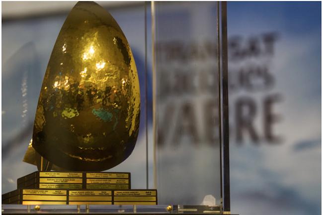Nagroda w regatach TJV – można ją było oglądać w miasteczku regatowym w Hawrze. Na podstawie grawerowane nazwiska zwycięzców kolejnych edycji. / Fot. Shuttersail.com