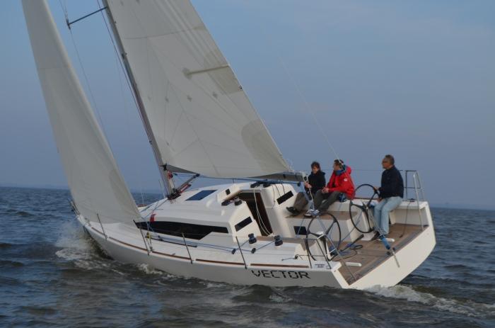Mariusz Świstelnicki za sterem. / Fot. Yacht Service
