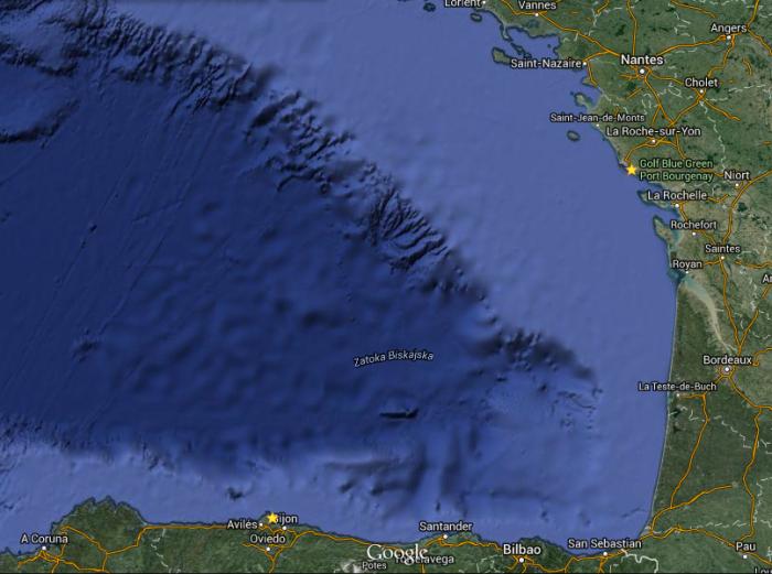 Widoczna strefa wypłycania się wody - granica szelfu. / Google Maps