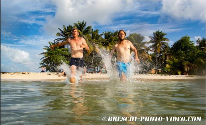 Obaj zwycięzcy. Sceneria rajska, ale ile trzeba się natyrać, żeby dopłynąc do takiej plaży :))) / fot. Ch. Breschi
