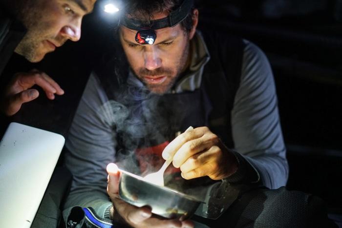 Ciekawe, czy gotują, czy coś naprawiają. / Fot. Yann Riou/Team Comanche