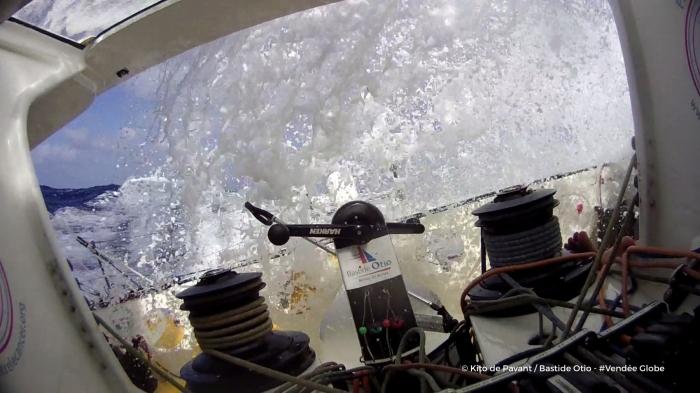 Photo sent from the boat Bastide Otio, on November 12th, 2016 - Photo Kito de Pavant Photo envoyée depuis le bateau Bastide Otio le 12 Novembre 2016 - Photo Kito de Pavant Reaching - Mauritanie hello la terre? ici la capsule Bastide Otio... Grasse mat ce matin. j'ai dormi 4 h d'affilée. j'ai du appuyer 2 fois sur le bouton ON de l'alarme et voilà... d'ailleurs ca a l'air d'aller plus vite qd je dors!!!! il ne fait pas trop bon se promener sur le pont car il est submergé par les vagues qd le bateau part en surf à 24/25 noeuds.en réalité, je suis confiné a l'intérieur du bateau ou il fait une chaleur de bête et l'odeur qui va avec!! Bon voilà ca fait bientot une semaine qu'on a quitté les Sables, qu'on est au chaud dans les alizés en babord amures. On a fait un bout du chemin, certains plus encore (c'est qd meme impressionnant la cadence de ceux de devant). j'ai appris pour Tanguy. Je suis desolé pour lui. je le crois capable de nous refaire une
