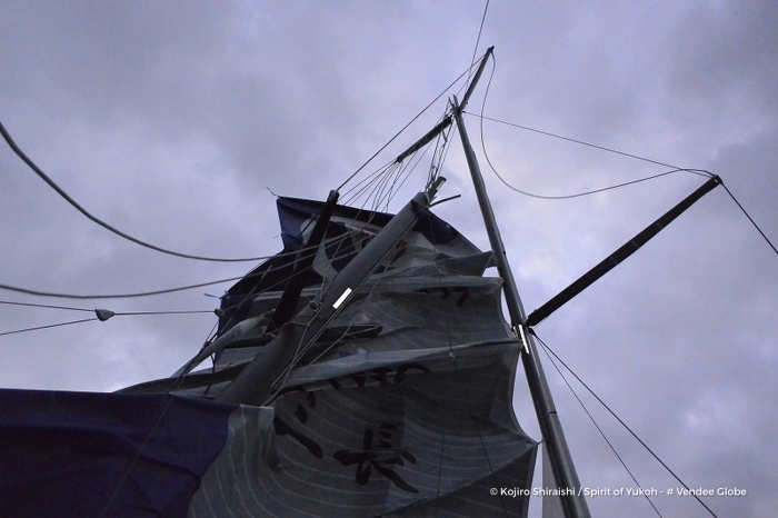 Photo sent from the boat Spirit of Yukoh, on December 4th, 2016 - Photo Kojiro Shiraishi Photo envoyée depuis le bateau Spirit of Yukoh le 4 Décembre 2016 - Photo Kojiro Shiraishi Broken mast and retirement for Spirit of Yukoh